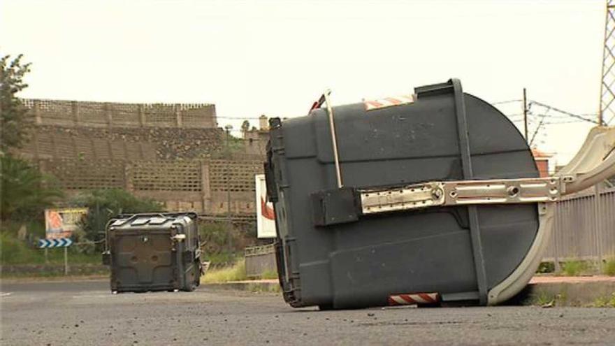 Contenedores movidos por el viento en Tenerife