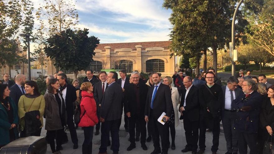El ministro de Fomento, José Luis Ábalos, a su llegada al Parque Central con el alcalde Joan Ribó y el presidente Ximo Puig, entre otras autoridades