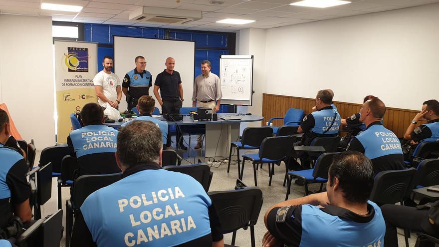 Los policías locales durante la formación.