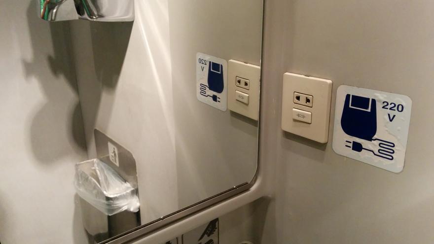 Uno de los baños de un tren español con enchufe.jpg