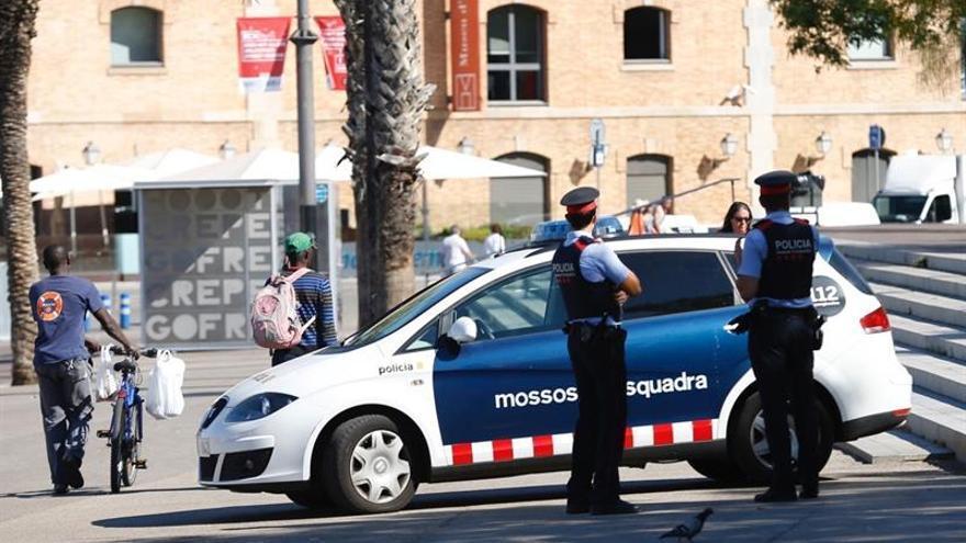 Los mossos hallan una mujer muerta en un piso de Esplugues y a su pareja con heridas
