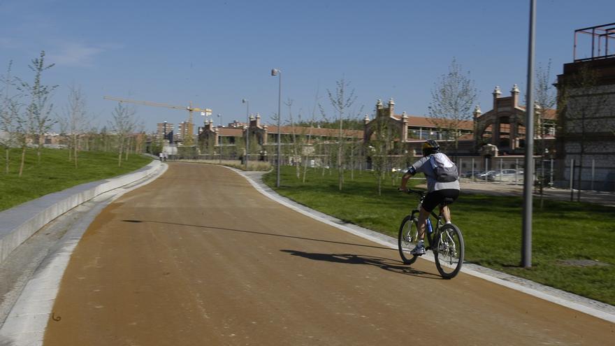 Un ciclista hace deporte por Madrid Río.