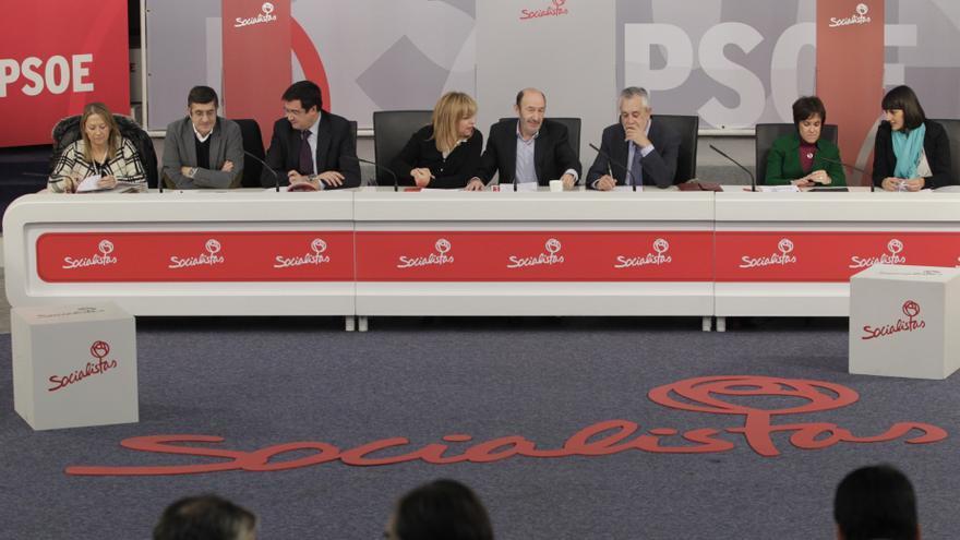 Barones del PSOE asumen que las primarias autonómicas sean primero, pero sin aplazar la elección del candidato a Moncloa