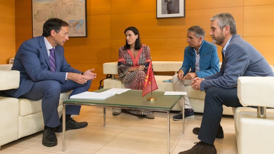 Encuentro de Gochicoa con la alcaldesa de Santander y los concejales César Díaz y Javier Ceruti. | ARCHIVO