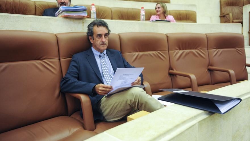 El consejero de Turismo, Francisco Martín, en el Parlamento de Cantabria.   JOAQUÍN GÓMEZ SASTRE