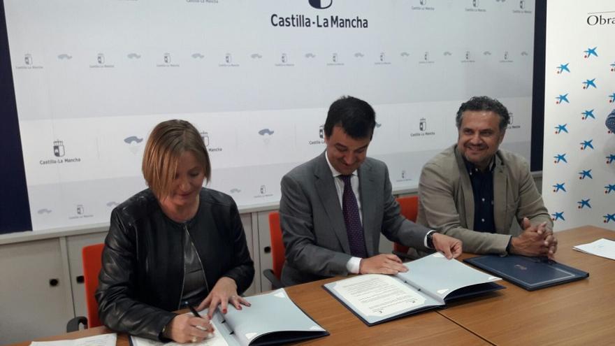 Firma del convenio entre la Junta y La Caixa / Albacete Capital