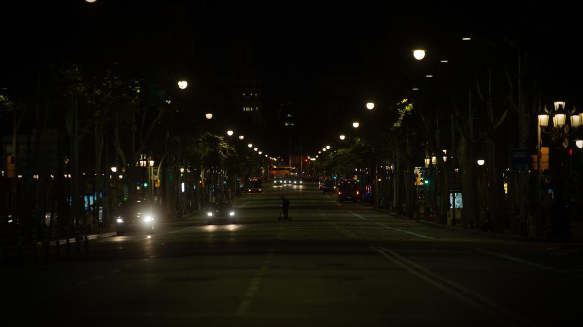 Las calles de Barcelona durante la primera noche de toque de queda en la ciudad.
