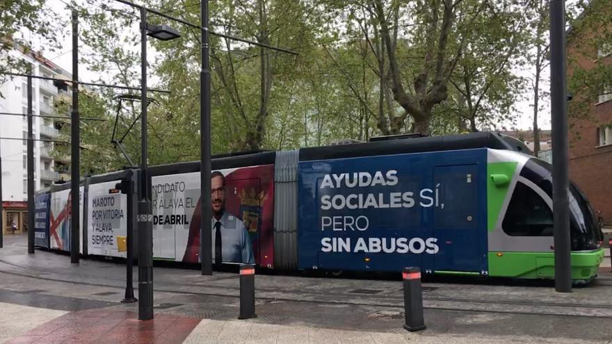 Tranvía de Vitoria decorado con un anuncio de Maroto