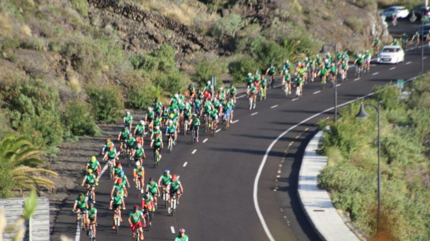 La 'serpiente' de la Safe Bike La Palma en la zona de Los Cancajos. Foto: JOSÉ AYUT.