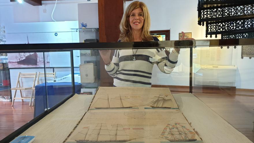 Carmen Concepción muestra el Atlas de Arquitectura Naval de Fernando Arozena Lemos.