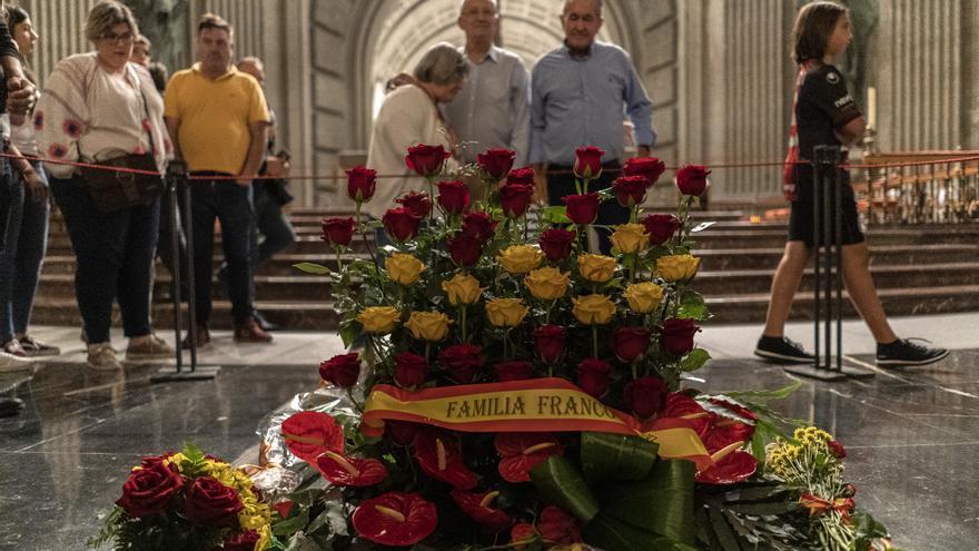 La tumba del dictador en el Valle de los Caídos, tras una misa y un rezo multitudinario convocado por la Fundación Franco.