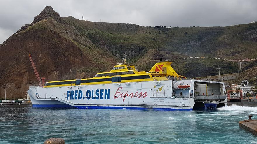 Imagen de 'fast ferry' Benchijigua Express de Fred. Olsen en el Puerto de Santa Cruz de La Palma. Foto: LUZ RODRÍGUEZ.