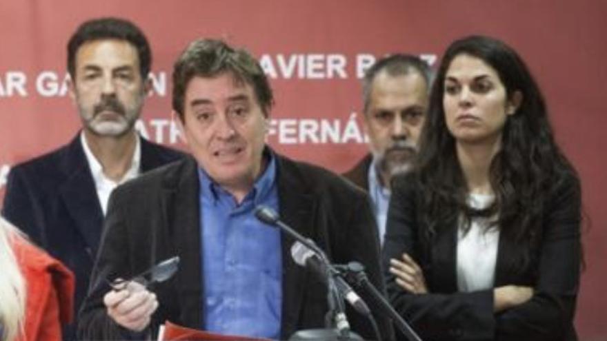 Luis García Montero durante la campaña de las autonómicas de 2015. A su derecha, Cecilia Rosado Villaverde