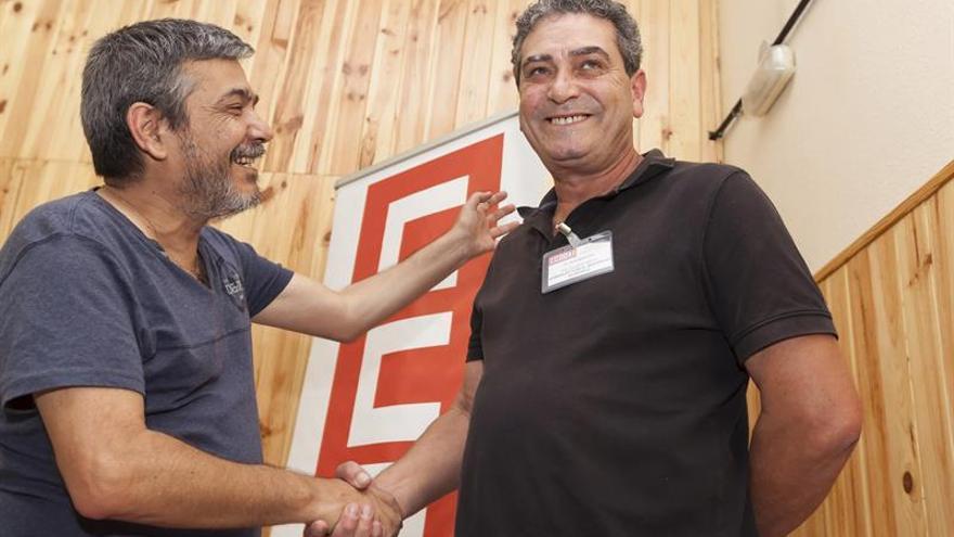 El nuevo secretario general de CCOO en Canarias, Inocencio González Tosco (d), felicitado por su predecesor en el cargo, Carmelo Jorge. EFE/Ramón de la Rocha