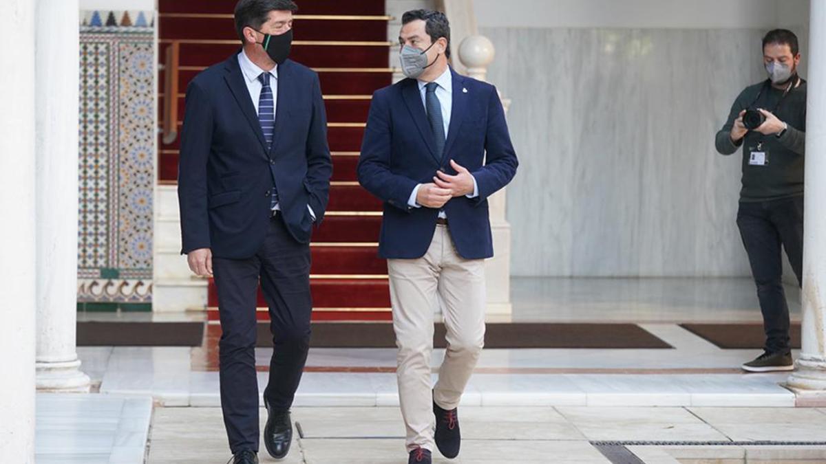 """Juanma Moreno (PP) y Juan Marín (Cs) comparecen juntos en el Parlamento andaluz para escenificar la """"solidez"""" de su Gobierno."""