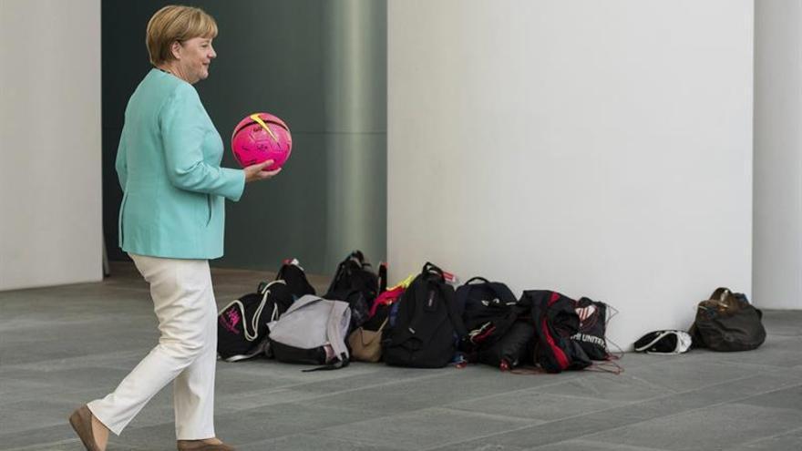 Merkel pide la alta participación electoral para parar el ascenso de los populistas