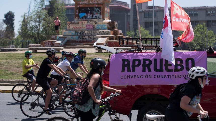 Miles de ciclistas se manifiestan para poner fin a la Constitución de Pinochet