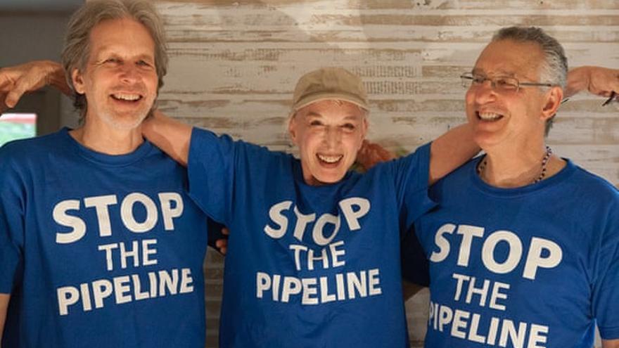 Thom Krystofiak, Inga Frick y Jonas Magram, activistas medioambientales de Fairfield, Iowa, que fueron arrestados en una protesta en Whiting, Indiana.