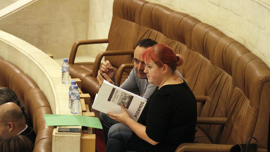 Los diputados de Podemos José Ramón Blanco y Verónica Ordóñez durante el debate parlamentario.   Román García