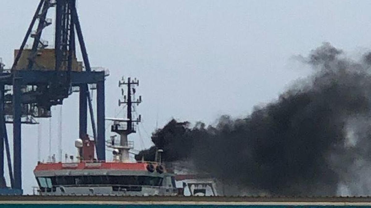 La columna de humo procedente de un buque en el Puerto de València que investiga Capitanía Marítima.