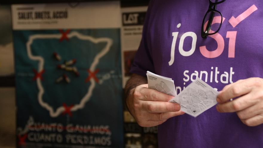 Un membre de Jo Sí Sanitat Universal reparteix informació abans de la projecció d'un film sobre les conseqüències de l'exclusió sanitària a Espanya. / BLANCA BLAY