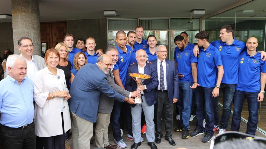 Representantes del Cabildo de Gran Canaria y jugadores del Herbalife posando con la copa.