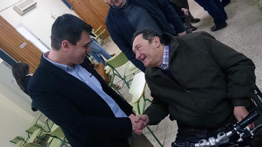 El diputado provincial Iván Martí saluda a un ciudadano en el IVAF