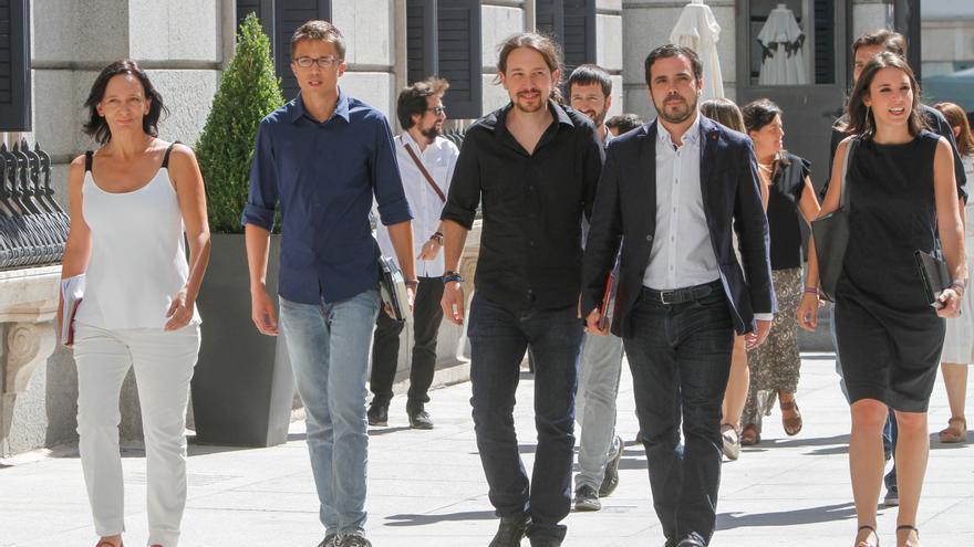 Carolina Bescansa, íñigo Errejón, Pablo Iglesias, Alberto Garzón e Irene Montero, a su llegada al Congreso de los Diputados.
