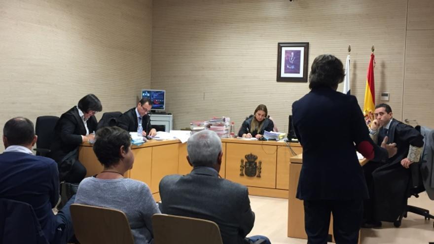 Gustavo Matos, de pie y de espaldas, en la sesión judicial de este miércoles