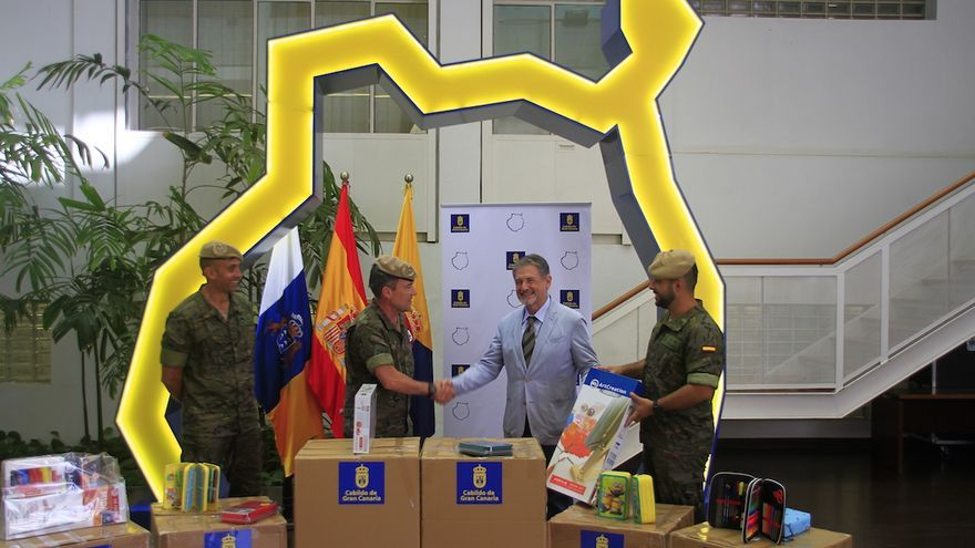 Pedro Justo Brito entrega varias cajas con estuches y kits de pintura para las relaciones de las tropas con la sociedad civil y el fortalecimiento de la paz en la región.