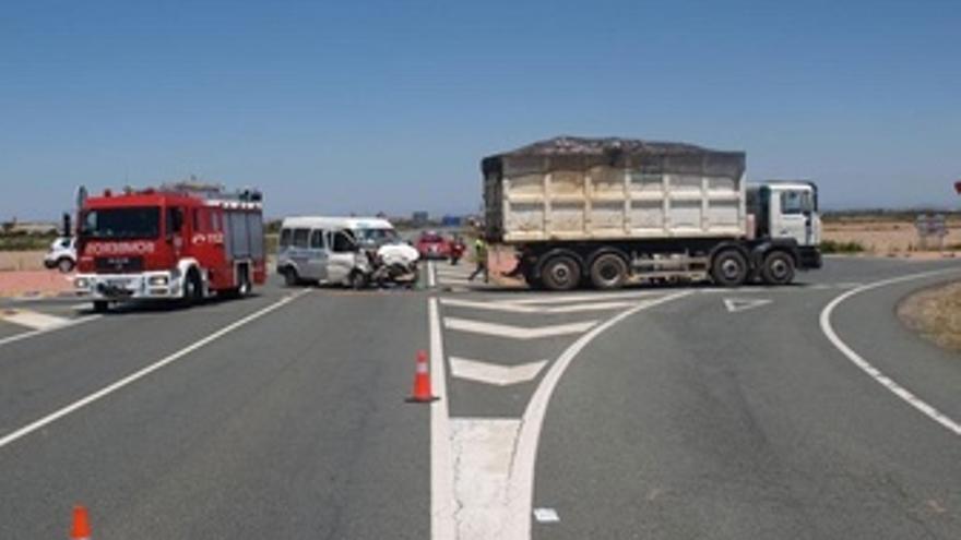 Accidente, En El Que Se Han Visto Implicados Una Furgoneta Y Un Camión.