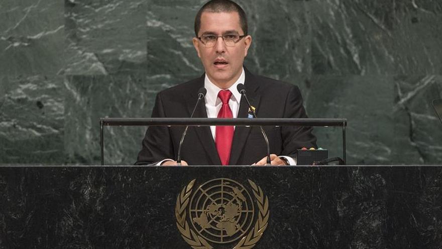 """Venezuela considera """"irracional"""", aunque también un """"honor"""" medidas de EE.UU."""