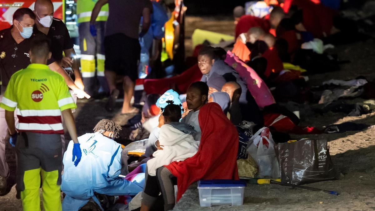 Medio centenar de inmigrantes, entre ellos varios niños, arribó en la noche de este domingo en un cayuco y por sus propios medios a la costa de la isla de Gran Canaria. EFE/ Quique Curbelo