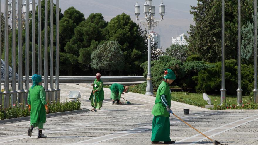 Las trabajadoras públicas de la limpieza son los únicos seres vivos que recorren la nueva Ashgabat.