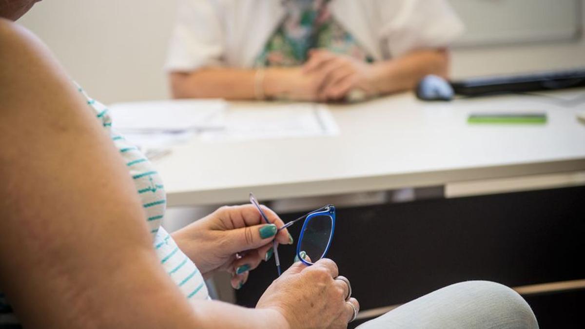 Una mujer es atendida en una consulta médica