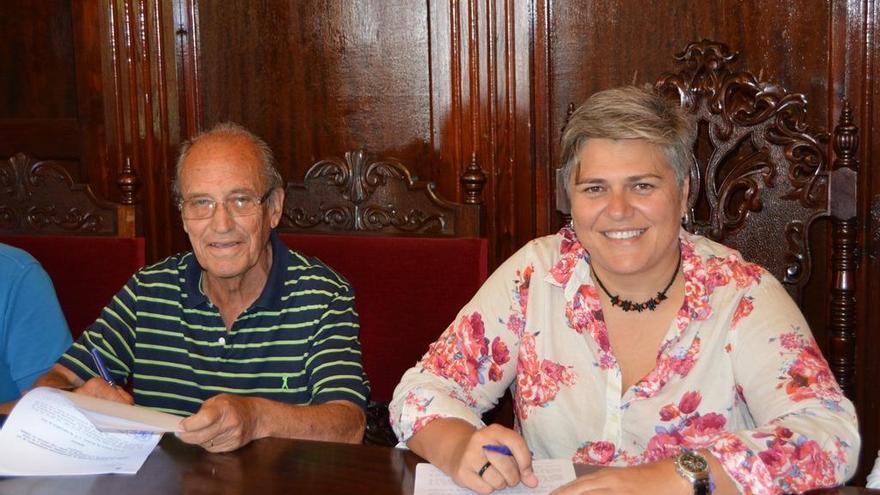 El presidente de la Asociación Culturar Tagoror 2 de julio, Hugo Castro Bethencourt, y la alcaldesa de Los Llanos de Aridane, Noelia García.