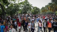Personas salen de un concierto en las instalaciones del Parque Generalísimo Francisco de Miranda este sábado en Caracas (Venezuela).