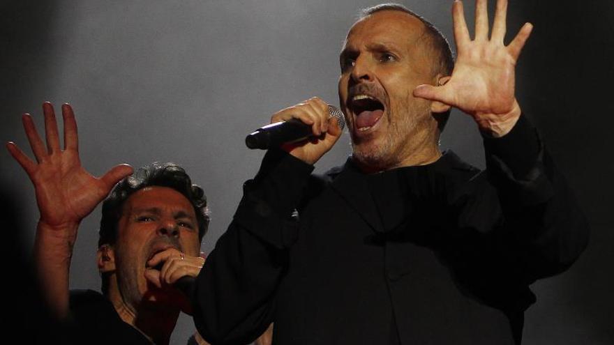 El cantante español Miguel Bosé durante un concierto.