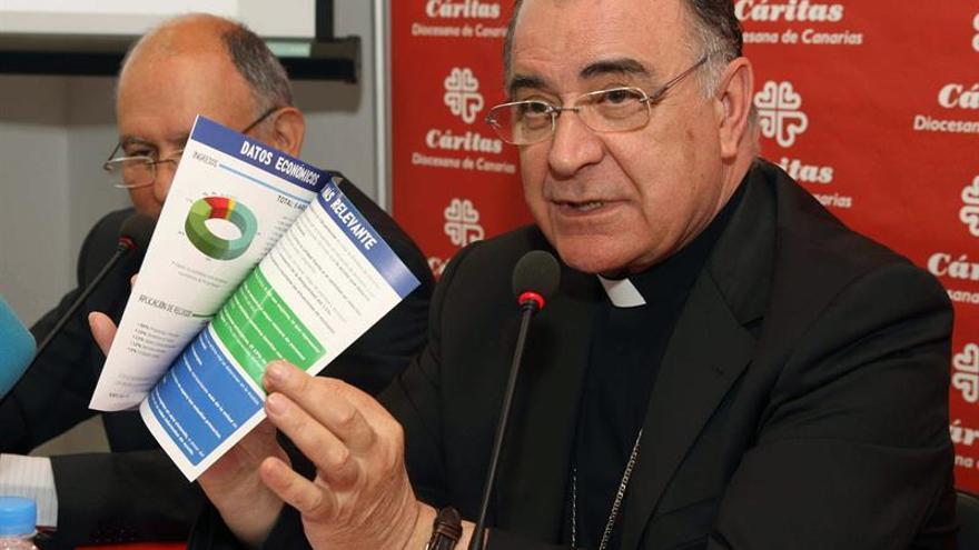 El obispo de la Diócesis de Canarias, Francisco Cases (d), y el director provincial de Cáritas, Pedro Herranz, presentaron hoy el balance de actuación de la ONG durante el año pasado. (EFE/Elvira Urquijo A.).