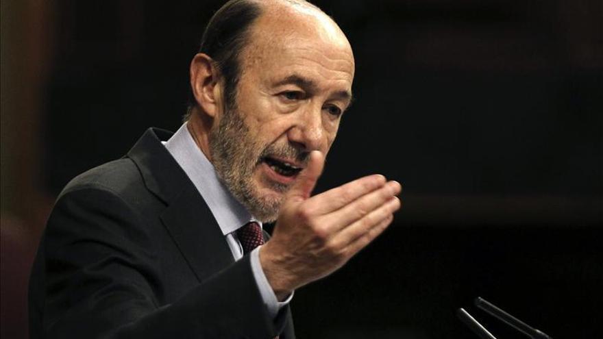 Rubalcaba envía a Rajoy su propuesta de pacto con nueve puntos de discusión