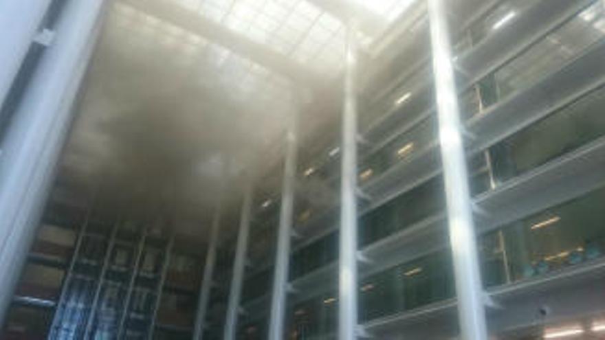 El humo del incendio ha inundado el interior de la Ciudad de la Justicia de Valencia.