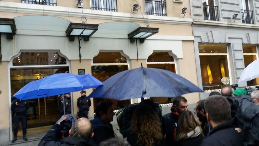 Cospedal, Arenas, García-Escudero y senadores del PP acuden al hotel donde ha fallecido Rita Barberá