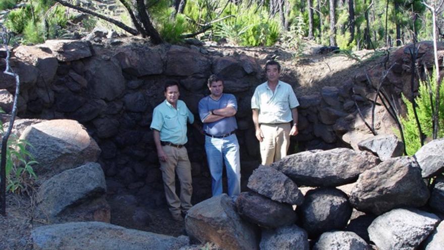 Arístides, Juan Manuel e Isidoro en el interior del horno de brea de Lomo Machín (El Tablado).