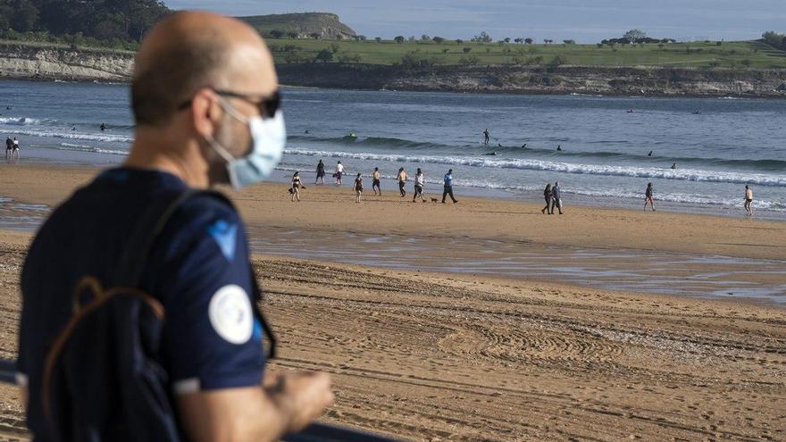 Playa de Santander durante la desescalada. | JOAQUÍN GÓMEZ SASTRE