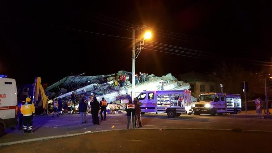 Aumentan a 18 los muertos y 553 los heridos por el terremoto en Turquía