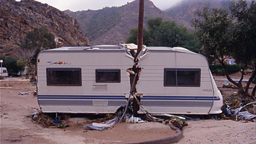 Caravana partida por un poste, en la riada del camping del Portús en 2000 / Foto: Pedro García