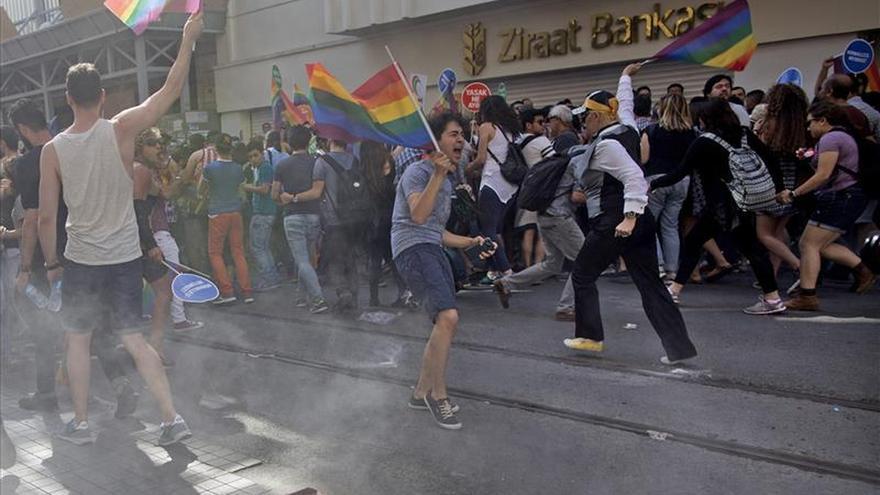 La Policía turca dispersa por la fuerza la marcha del orgullo gay de Estambul