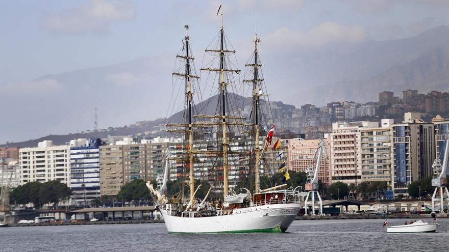 La fragata 'Danmark' en la bahía de Santa Cruz, embarcación construida en 1932