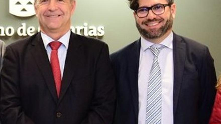 El consejero de Economía,Industria y Comercio del Gobierno de Canarias, Pedro Ortega, junto al nuevo director general de Industria y Energía, Justo Artiles.