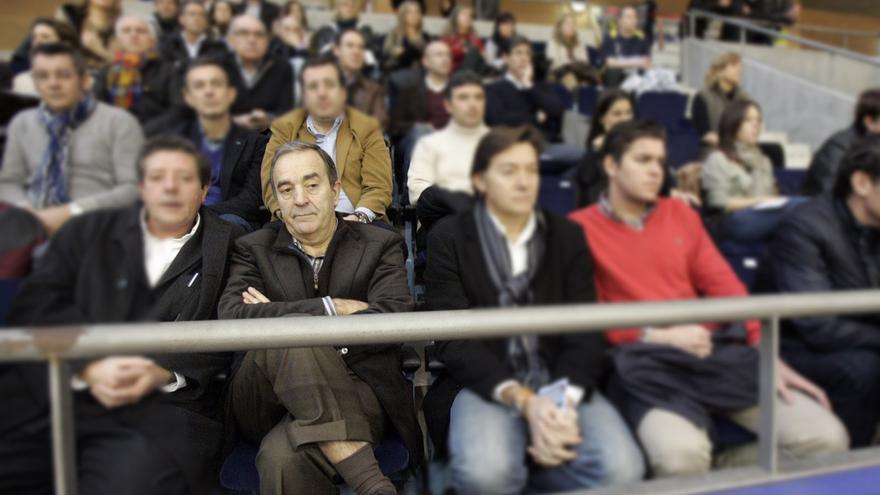 Raúl López (segundo por la izquierda), en un partido del CAB Obradoiro